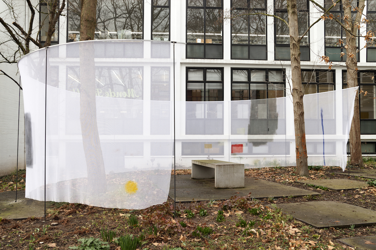 Julius Heinemann – Panorama (Van Eyck, Maastricht) / 2019 / site-specific installation / ca. 1020 x 820 x 360 cm / aluminium, steel, transparent fabric and spray paint in garden © Julius Heinemann, 2019 ( OFFSITE —  Distress Over Parliament  3)