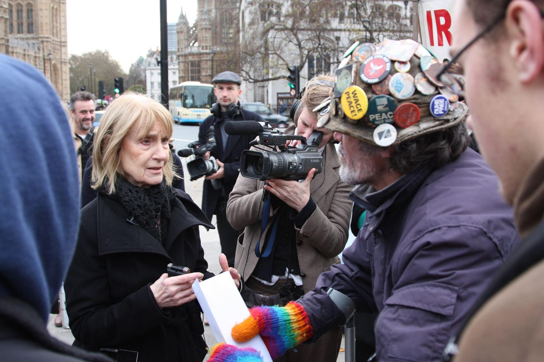 Barbara talking with Brian Haw, Peace Campaigner in Parliament Square. Westminster Walk, November 2008. Photo © John Mallinson (A TRIBUTE TO BARBARA STEVENI BY LAURE PROUVOST 0)